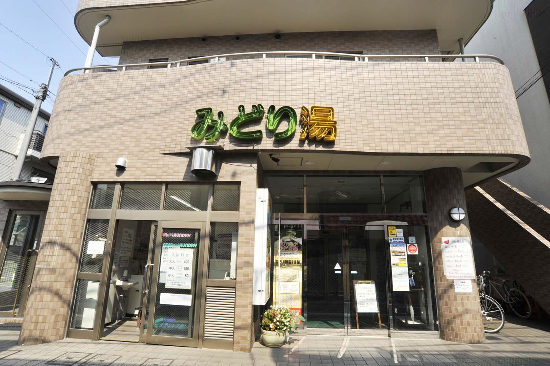 志茂駅から徒歩3分、赤羽駅から徒歩15分という好立地。無料駐車場もあるので、車で来店する人も多い。