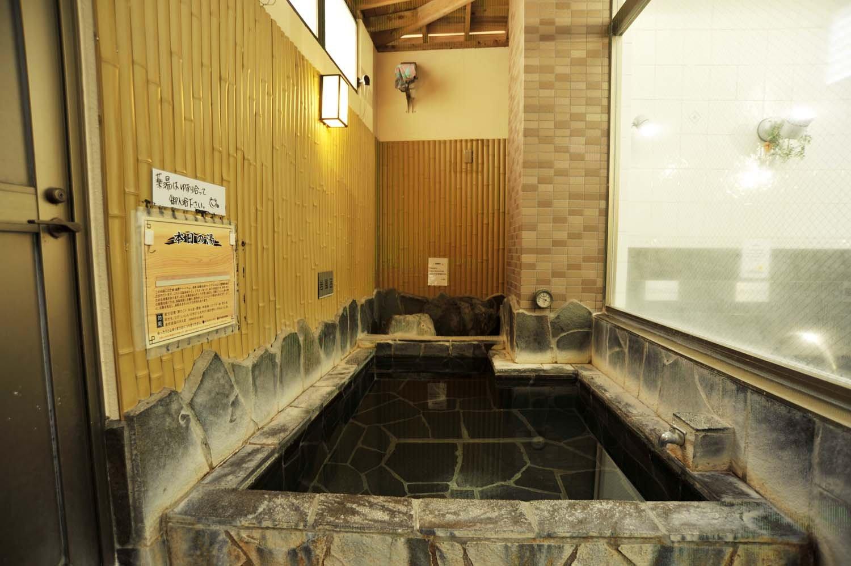 露天エリアには岩風呂と檜風呂という趣の異なる風呂があり、日曜には岩風呂が薬湯になる。