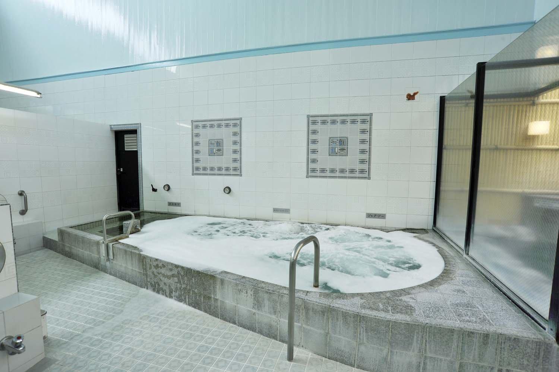 壁側に設置されたメインの浴槽は、バイブラを備えた大きな浴槽と高温風呂。