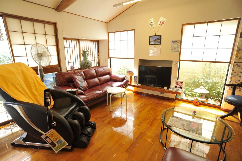 ゆったりしたソファーを置いたロビーには本やテレビ、ドリンクなどもあり、湯上がりにくつろぐげる。