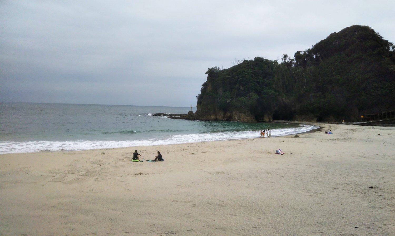 あけみと寅さんが語らった入田浜。晴れていれば沖に式根島ほか伊豆七島が見られます。