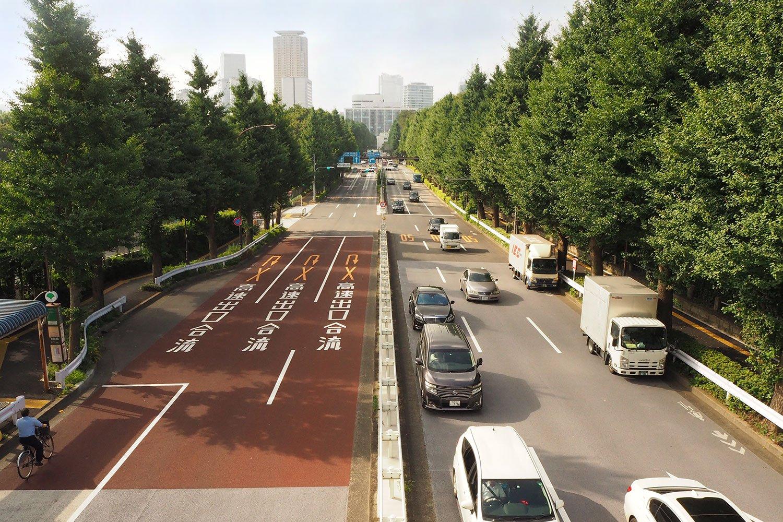 JR信濃町駅前の歩道橋から見下ろす外苑東通り。