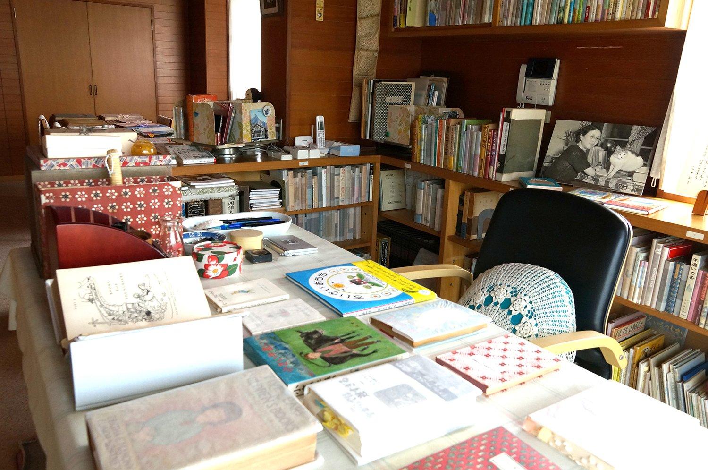 東棟2階にある石井さんが使っていた書斎と居間。