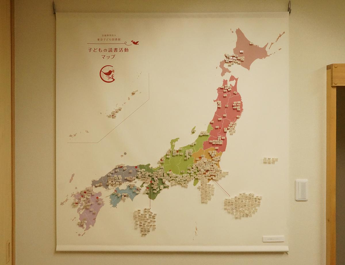「マップのへや」にある子供の読書推進グループの全国地図。その他、珍しい資料も多数ある。