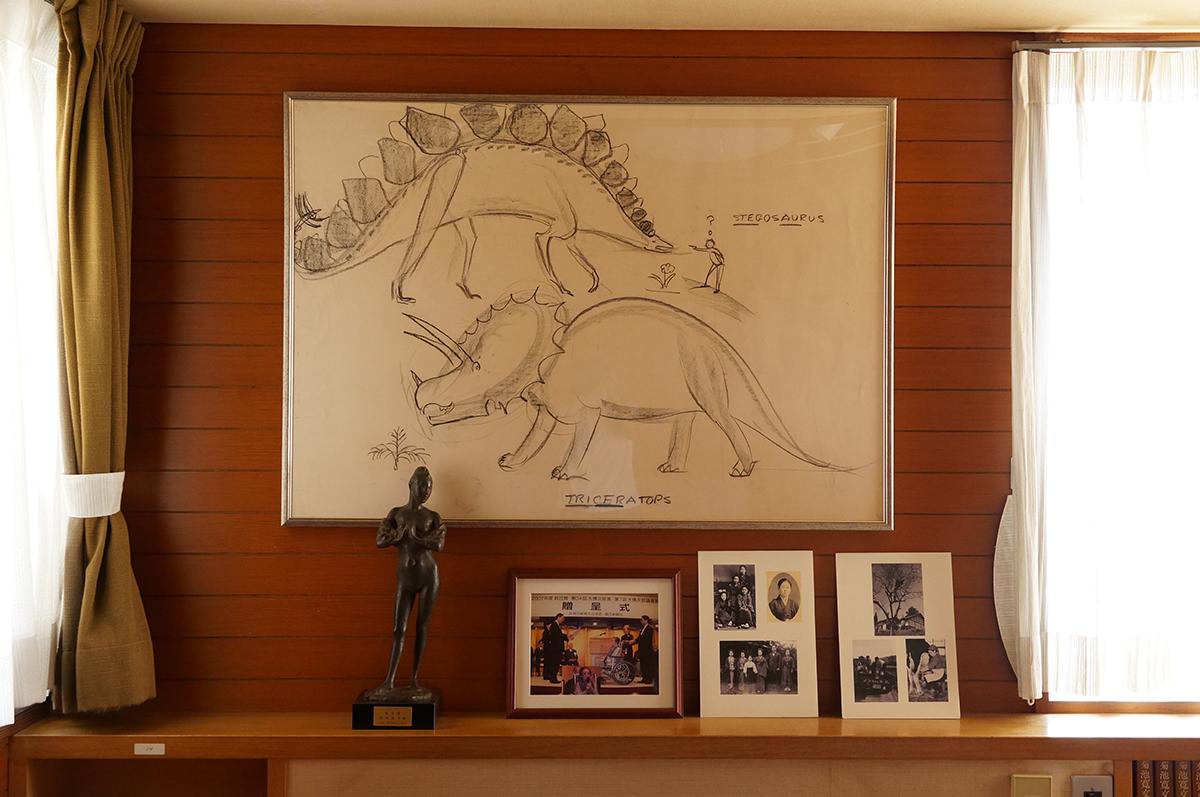 「ちいさいおうち」で有名なバージニア・リー・バートンが『かつら文庫』を訪れた際、その場で描いた恐竜の絵。