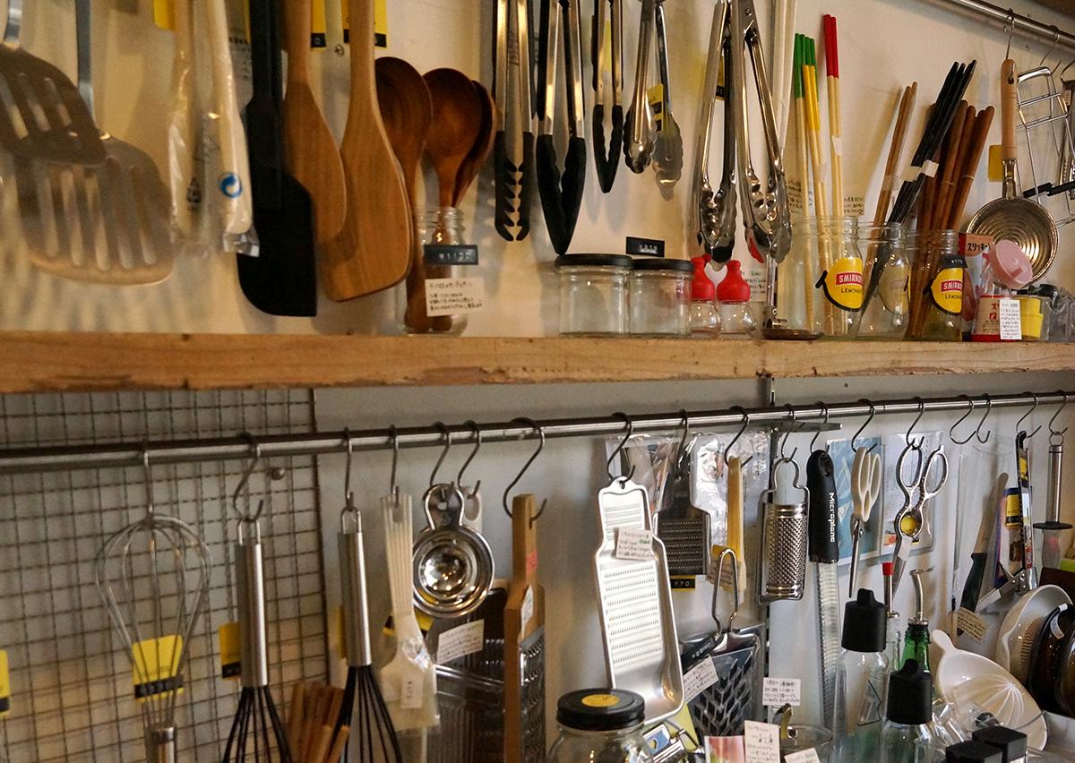 店主セレクトの道具がずらり。手にとって確かめられる。