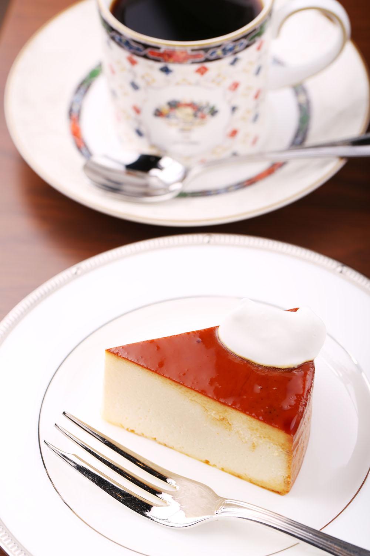 自家製チーズケーキ450円。ノワールブレンド600円(Lは700円)。セットで50円引き。