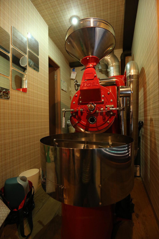 特別に赤く塗ってもらったというフジローヤル製焙煎機。
