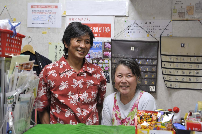 2代目店主となる安岡誠司さん・留美さんご夫妻が切り盛りする。「古い建物ですが、清掃には気をつけています」と話す。