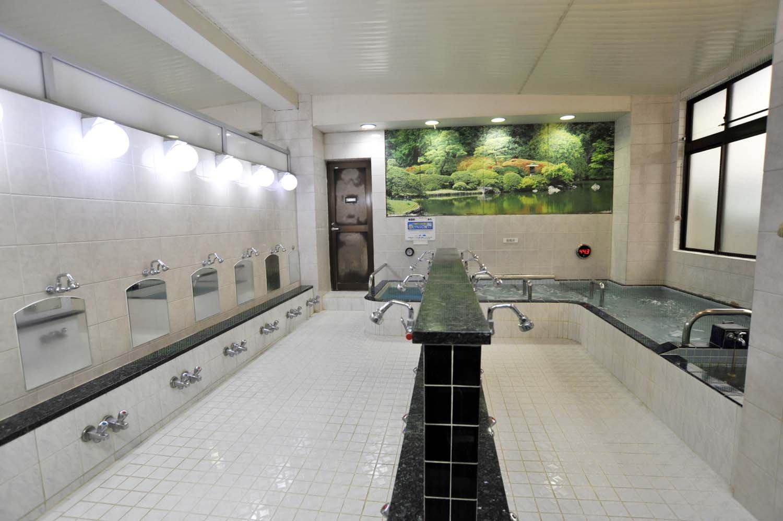 カランは全16という小ぢんまりした浴室。浴槽はL字型に配置されている。