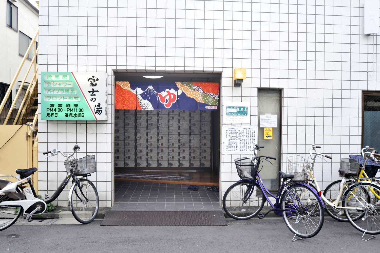 開店前から客の列ができ、店先には自転車が並ぶ。こんな光景を見ていると、地元に愛されている銭湯であることがわかる。