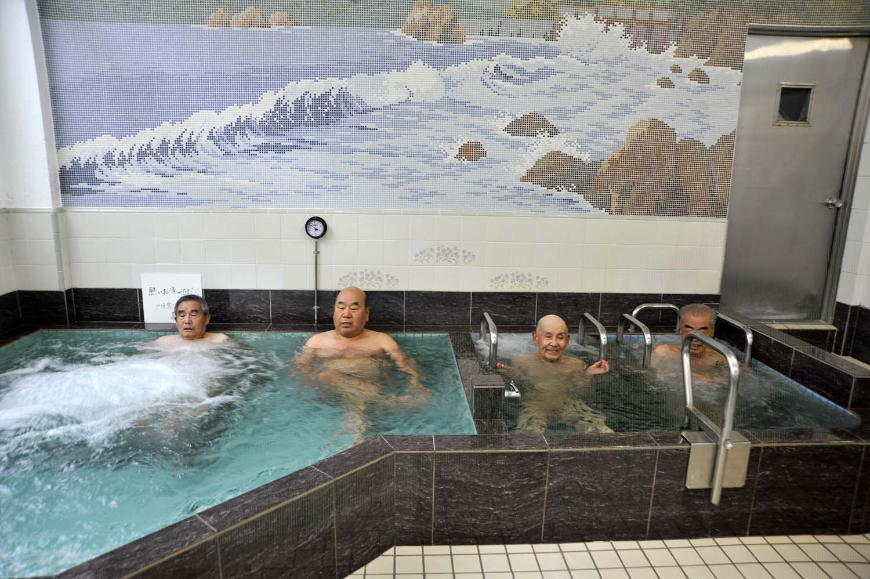 開店前から待っていた客は、「一番風呂が楽しみ」と話していた。
