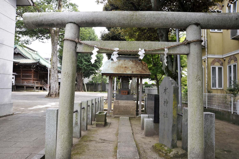 かつては新荒川大橋のたもとにあった水神社。河川敷整備のため、八雲神社境内に移転された。