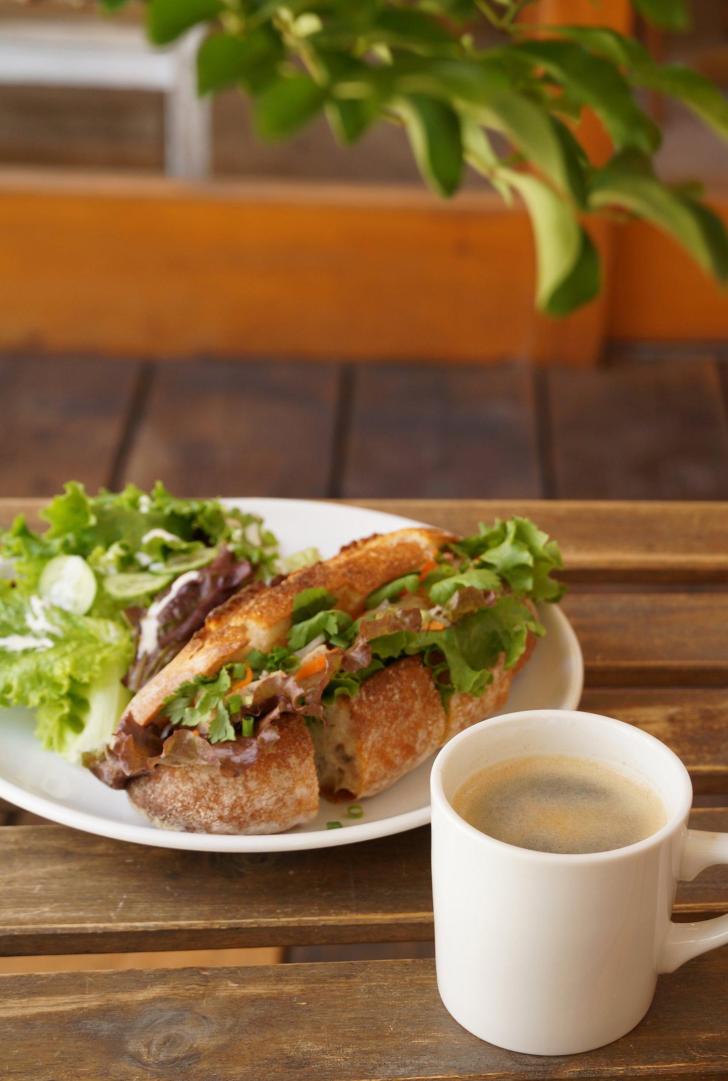 バインミーサンドイッチとコーヒーのセット900円。イートインのみのメニューだ。