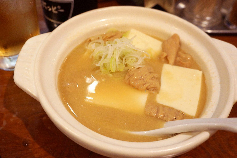 にこみ400円(小サイズ280円もあり)。濃厚なモツの旨味と、つるんとした豆腐のハーモニー。