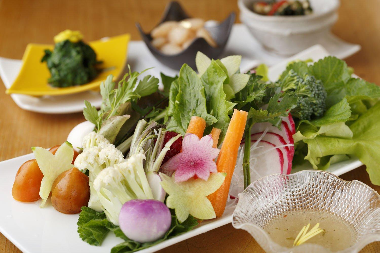 季節の生野菜1000円。女将自慢の採れたて野菜が約20種。