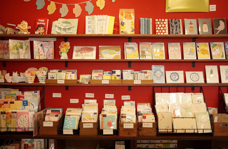 きちんと並んだカード類。赤い壁面に映えてとてもかわいい。