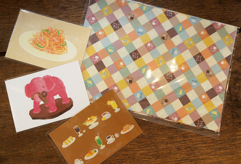 律子さんデザインの商品。右側のマルチペーパー220円、ポストカード各165円。