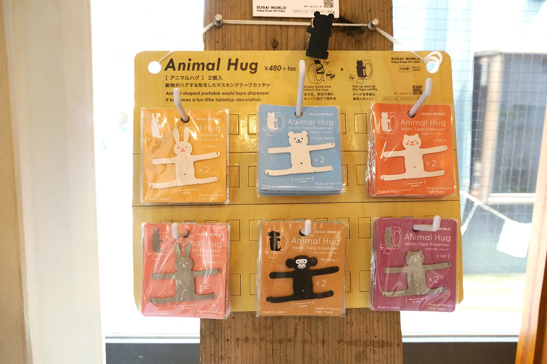 紙製のテープカッターのアニマルハグ2個入り528円。テープに巻きつけて使う。