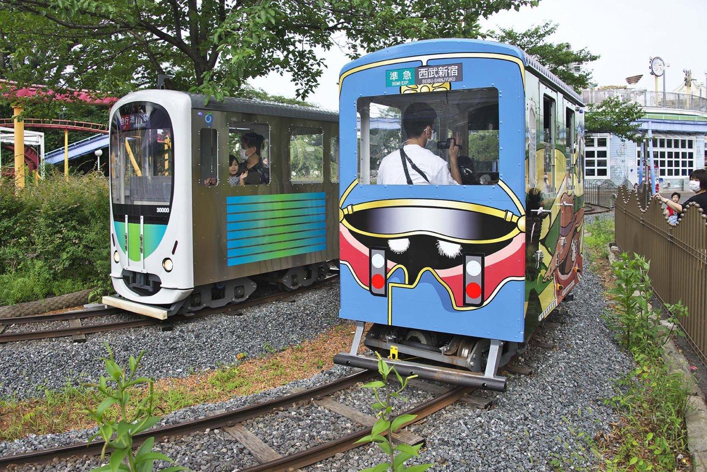 チャレンジトレイン。西武鉄道の監修を受けて外観も本物の西武線にそっくりな本格的模型電車。自分で操縦し、点数も出るので大人にも人気だ。広報担当の宮内さんのお気に入り。