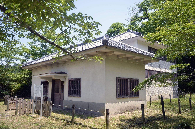 下屋敷跡の旧町立美術館の建物は明治天皇行在所。忠臣蔵碑もある。