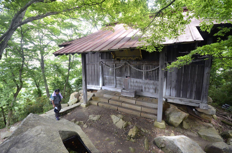 足慣らしのハイカーも多い。山頂の神社は天守台の石垣を利用する。