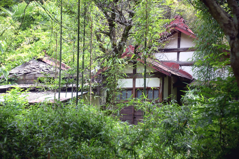 疎開時に建てた旧宅は歌碑のそばに現存。道路から少しだけ見える。