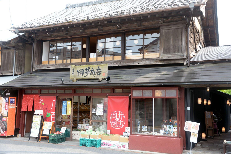 カフェは古民家の2階にある。1階は八百屋の『岡井商店』。