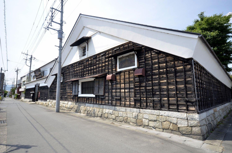 笠間稲荷神社の正面に店を構える酒蔵は藩直営として創業した老舗。