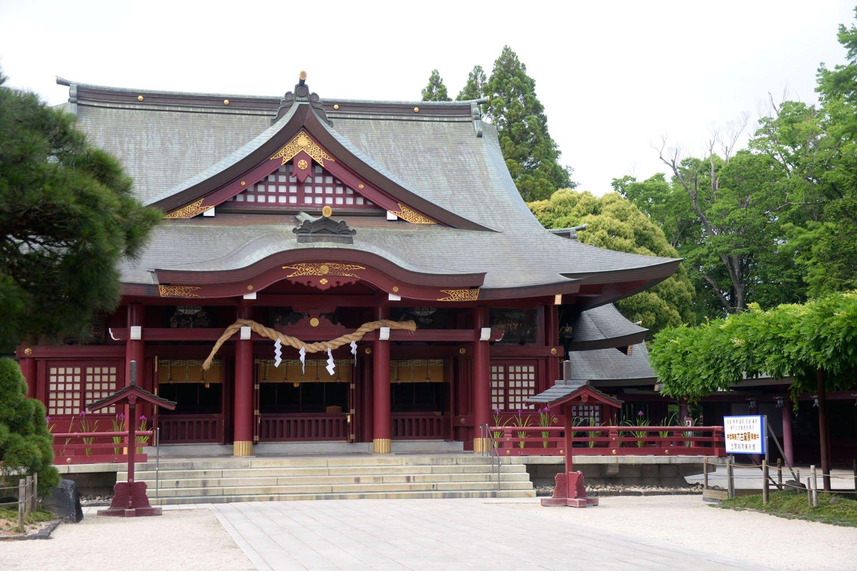 白雉2年(651)創建の笠間稲荷神社。本殿の彫刻は見逃せない。右のフジは樹齢400年あまりで県の天然記念物。