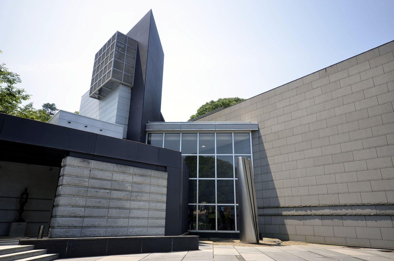 1972年に開館。敷地内には3つの展示館と野外彫刻庭園がある。