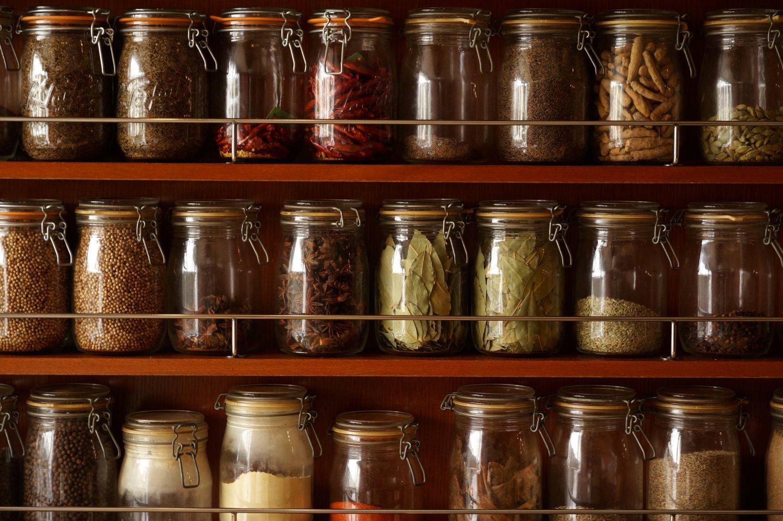 店内の壁面いっぱいに置かれたスパイス類。すべて実際に使用するものだ。