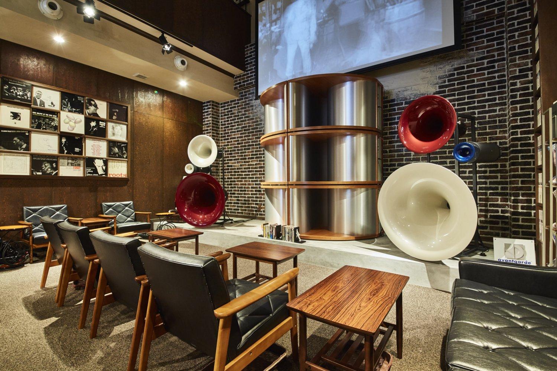 『トゥルネ・ラ・パージュ』の世界最大規模のアヴァンギャルド社製スピーカーでペッパーという贅沢!