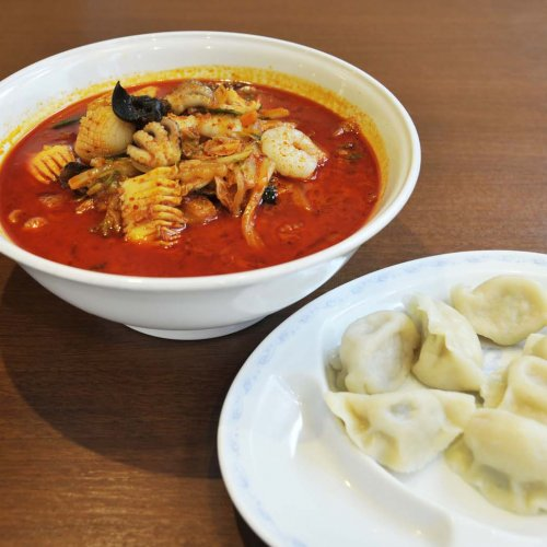 日本人好みの中華料理が楽しめる神田『天津飯店』。名物の真っ赤なチャンポンと水餃子を堪能