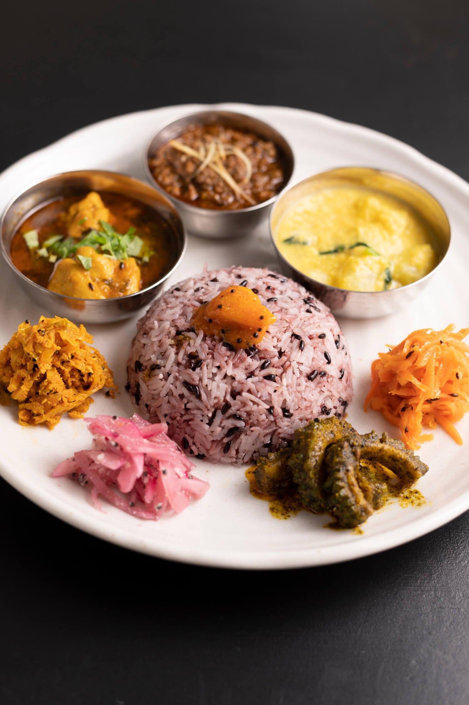 カレー3種1390円。小皿に分けて入れたカレーは、右からクートゥ、マトンキーマ、レモンチキンカレー。付け合せ野菜もスパイスが効いて、一つひとつ手が込んでいる。