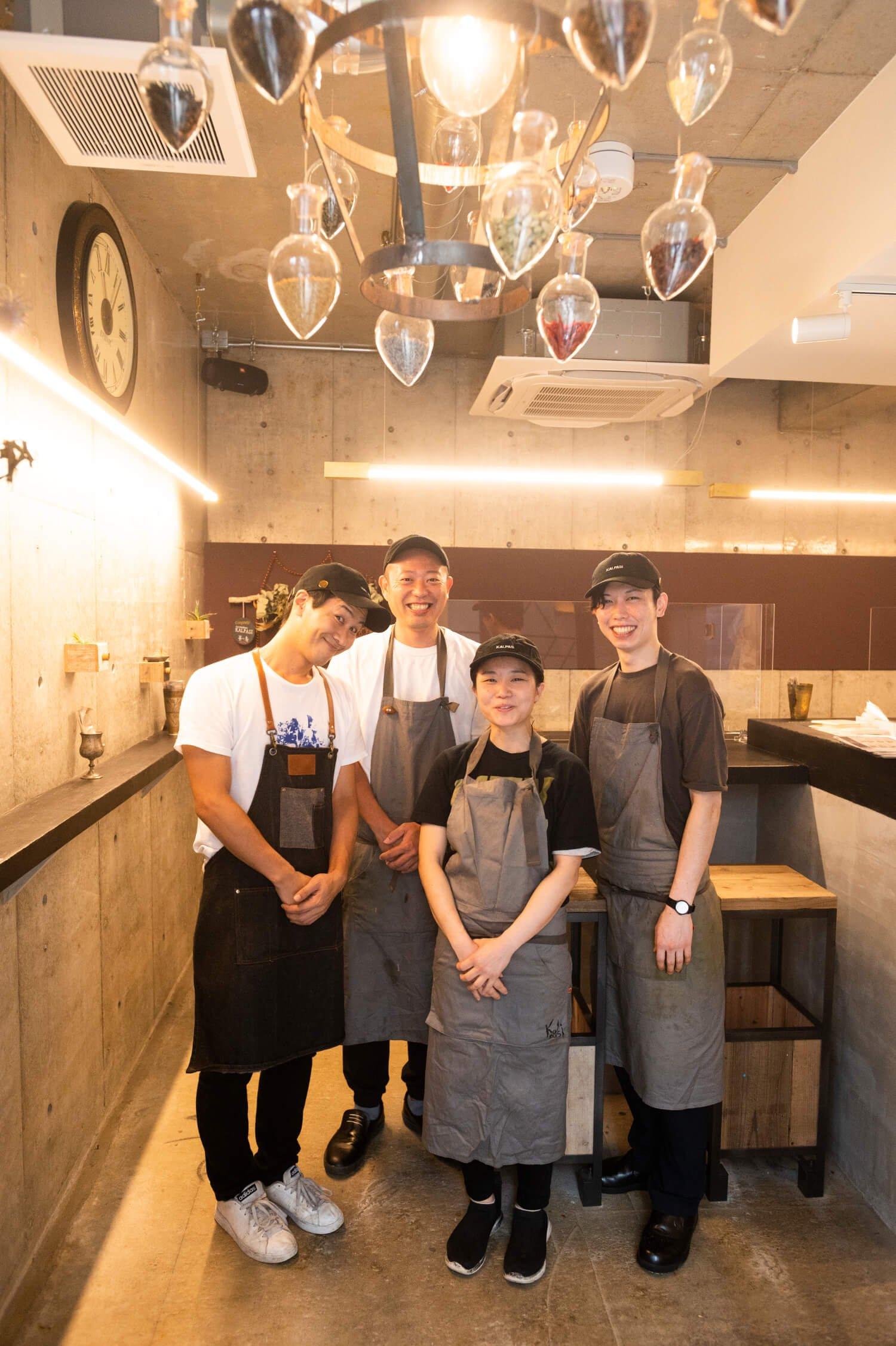 店長の内田さん(左)をはじめ、チームワークばっちり。ちなみに、天井に吊るされたランプシェードはスパイスで飾ったオリジナルのインテリア。