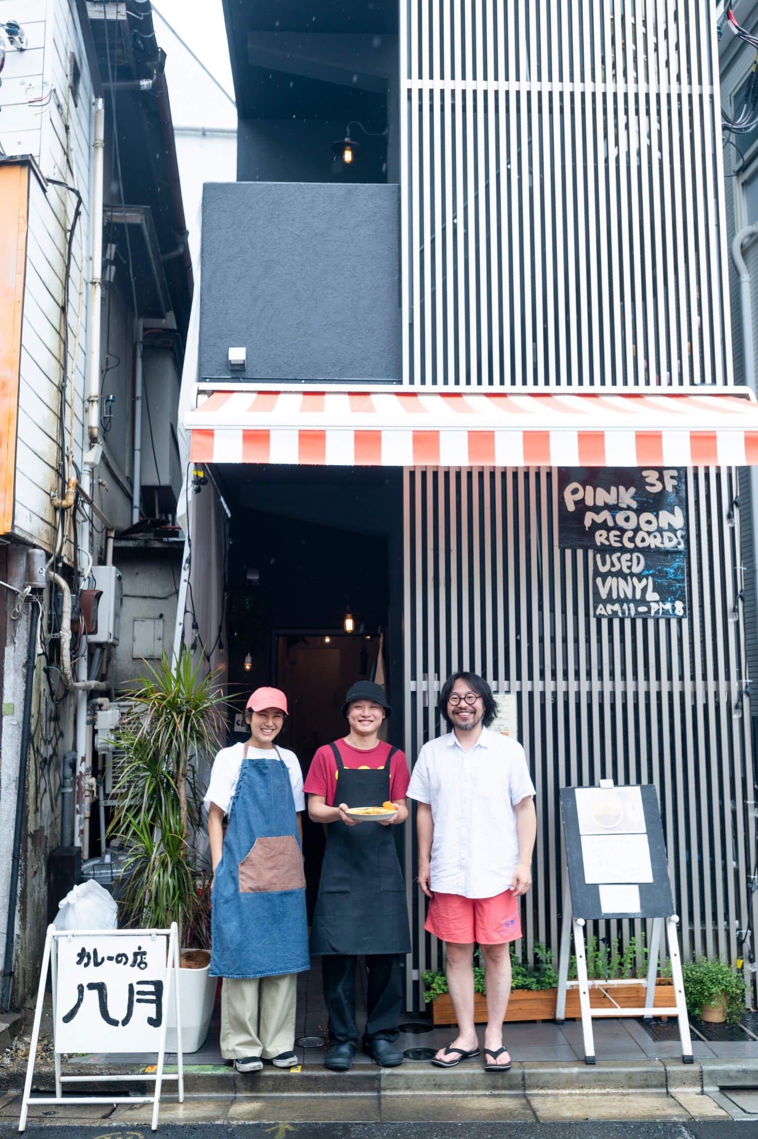 オーナーの曽我部恵一さん(右)は下北沢を拠点とするバンド、サニーデイ・サービスのボーカル&ギター。店長の尾関太一さん(中央)と一緒にレシピを考案した。