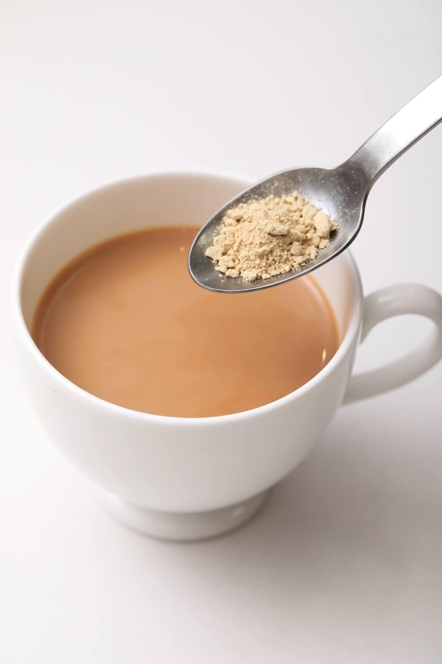 ジンジャーパウダーを足せばジンジャーチャイに。まずはミルクティーを作り、パウダースパイスで味付けする楽しみ方もあり。