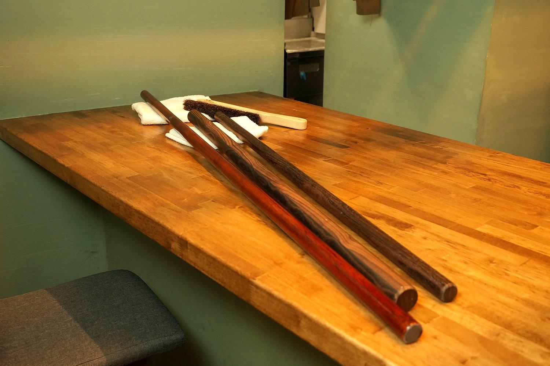 客席のカウンターで、黒檀の棒を使い分けながら毎日麺を打つ。
