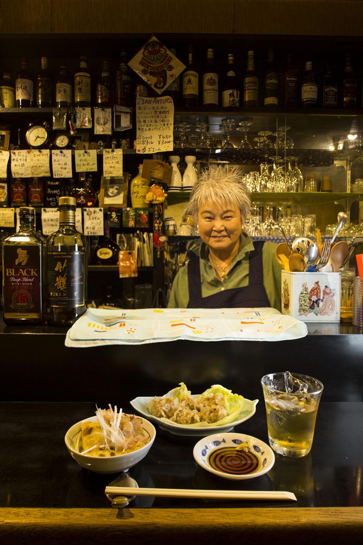 創業店主が店じまいする時、常連だったママが勤めを辞め引き継いだ。日替わりお通し600円の納豆きつねと、しゅうまい700円。ウヰスキー500円~。