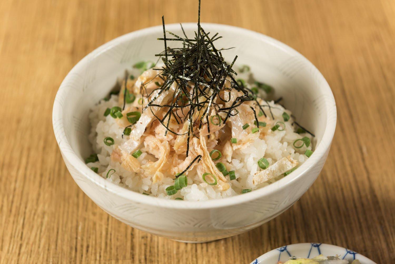 もとはつまみだった鮭ハラスを、常連さんの要望を受けて締め飯にした鮭ハラス丼1550円。