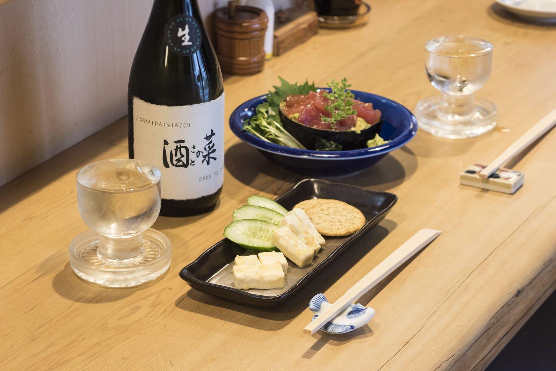 手前から、味噌漬けチーズ605円。鮪とアボカドのづけ1045円。酒との相性もよい。