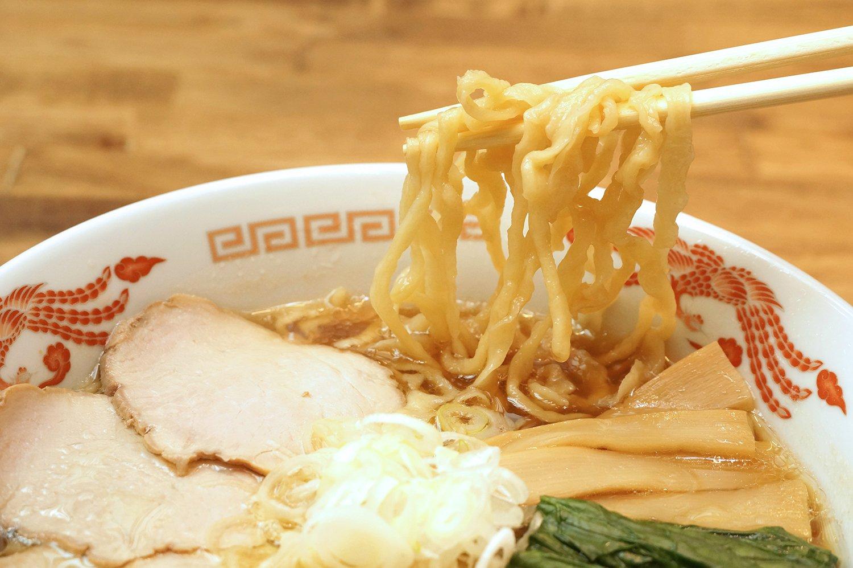 平打ち縮れ麺で、スープがよく絡む。