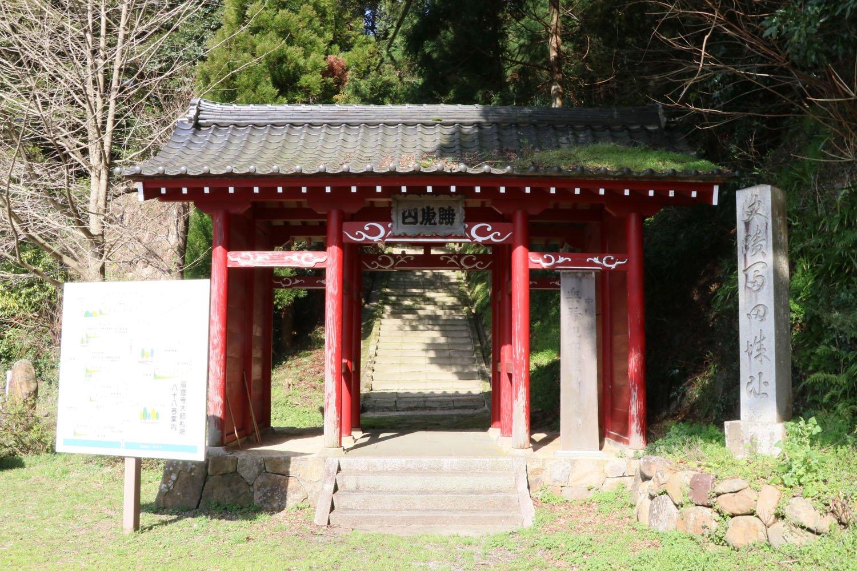 本堂へは赤門を登った先で右へ折れる。