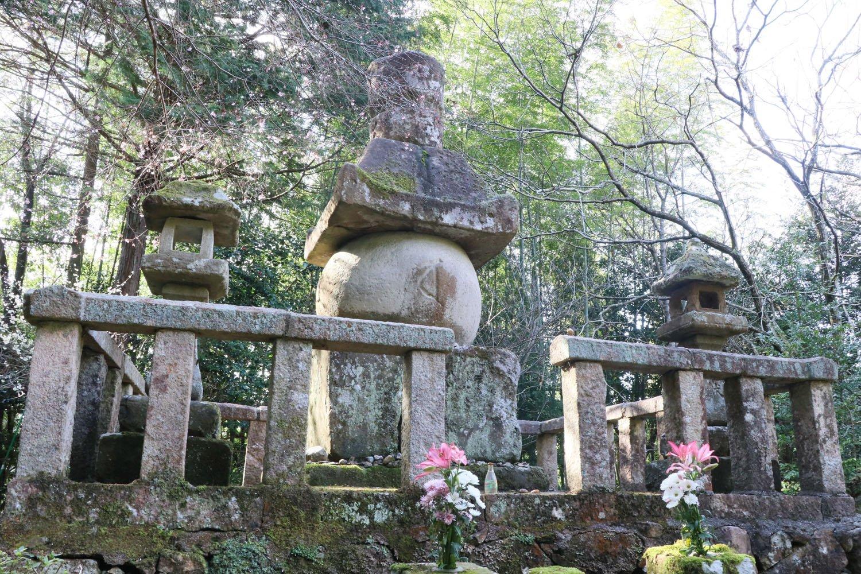 中央の五輪塔が堀尾吉晴の墓。高さ約3m。