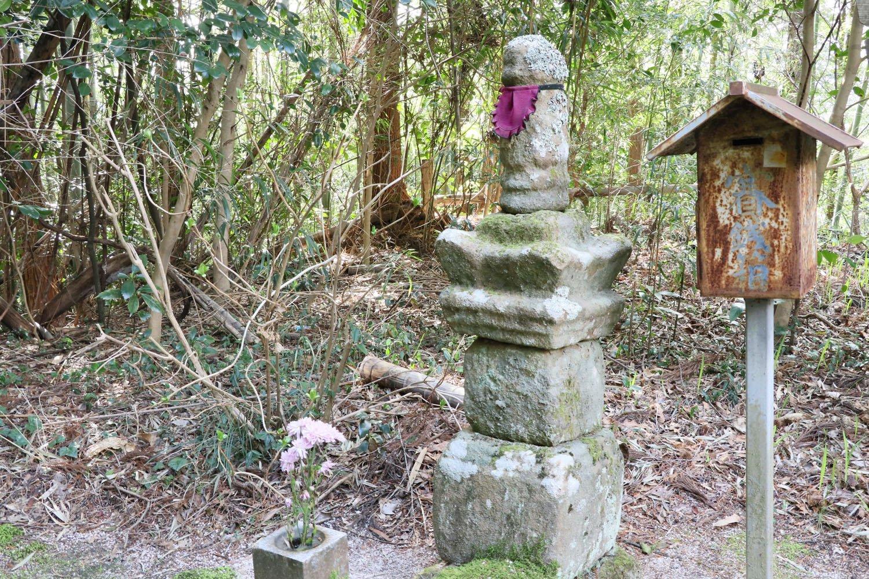 墓所の左奥には吉晴の妻が建てた「山中幸盛公供養塔」がある。