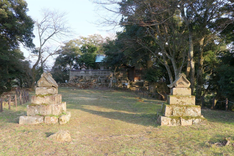 本丸には勝日高守神社の奥社がある。
