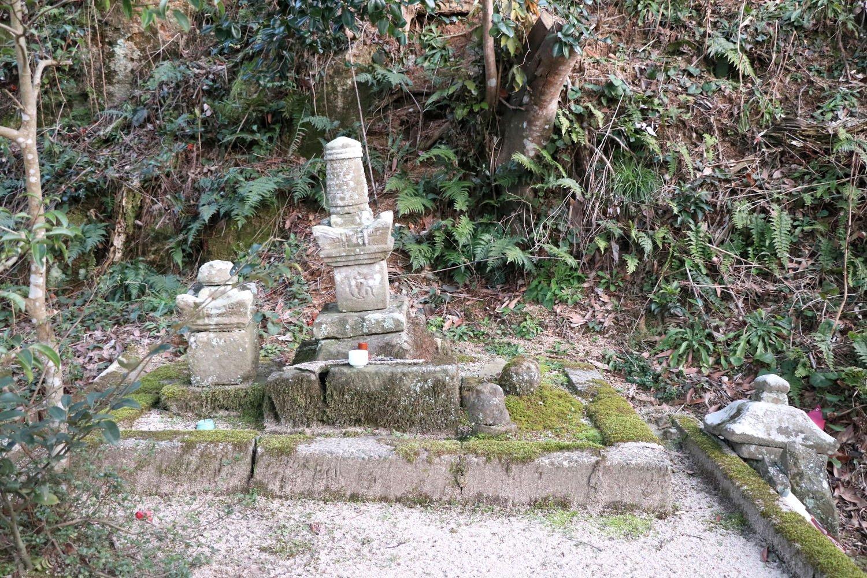 伝塩冶興久の墓。
