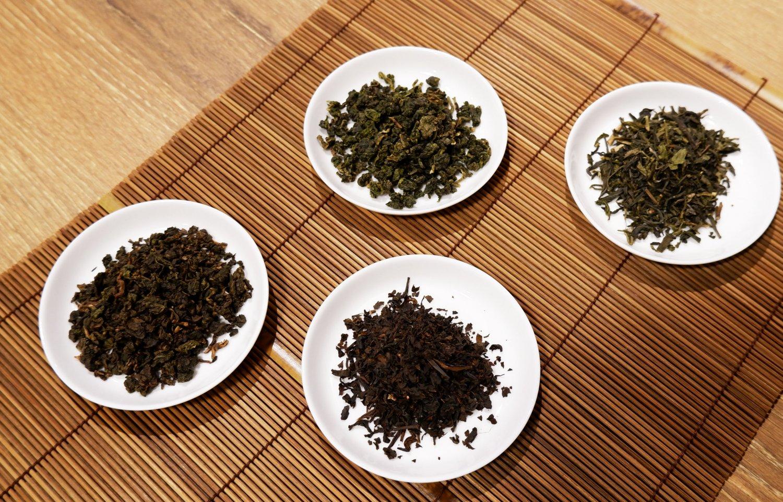 中央上から時計回りに四季春青茶、ジャスミン緑茶、日月潭紅茶、焙煎烏龍茶。