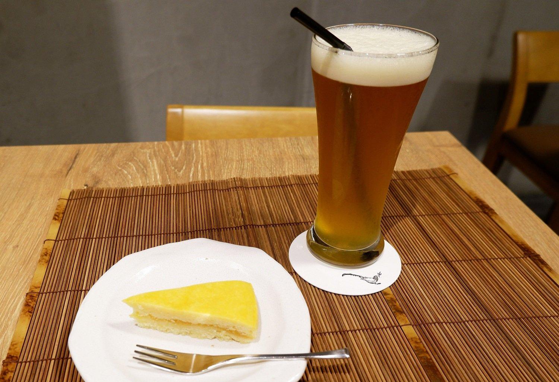 蜂蜜檸檬緑茶 550円(税抜)、パイナップルケーキ 350円(税抜)。